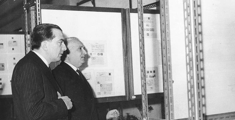 Giulio Andreotti con Giulio Bolaffi all'esposizione filatelica di Palermo