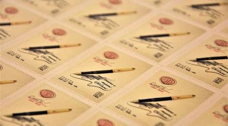 Cento anni di penne in un francobollo